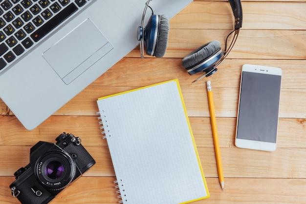 Widok z góry na notatnik, artykuły papiernicze, narzędzia do rysowania i kilka szklanek. improwizować. Premium Zdjęcia
