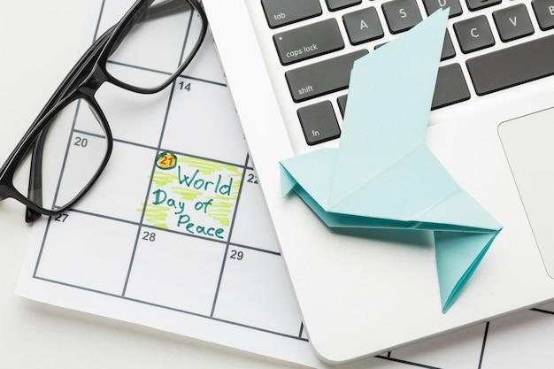 Widok Z Góry Na Papierową Gołąbkę Z Laptopem I światowym Dniem Pokoju Darmowe Zdjęcia