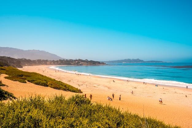 Widok Z Góry Na Piękną Plażę Monterey Latem W Kalifornii. Stany Zjednoczone Premium Zdjęcia