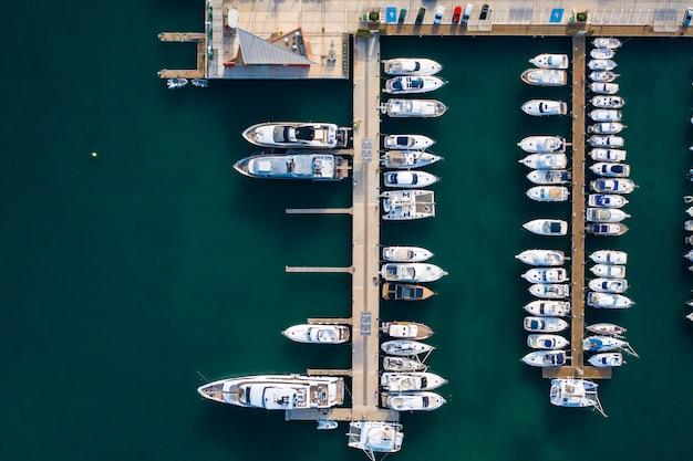 Widok Z Góry Na Port Z Wielu łodzi Darmowe Zdjęcia