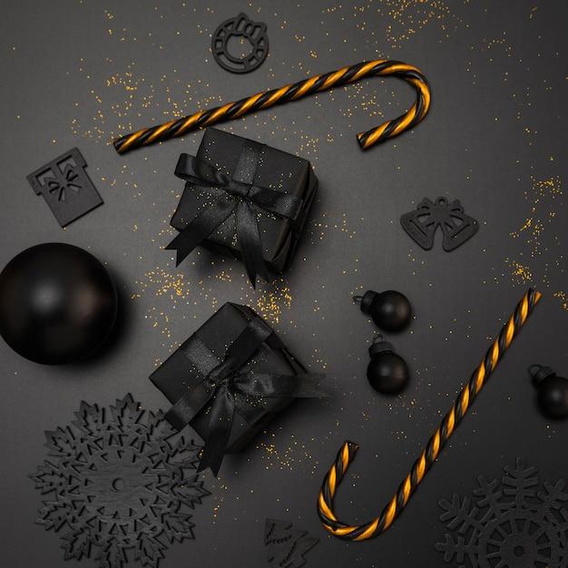 Widok Z Góry Na Prezenty świąteczne I Złote Laski Cukierków Premium Zdjęcia