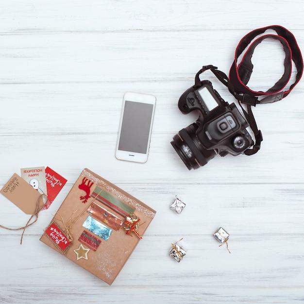 Widok Z Góry Na Prezenty świąteczne, Inteligentny Telefon I Aparat Premium Zdjęcia