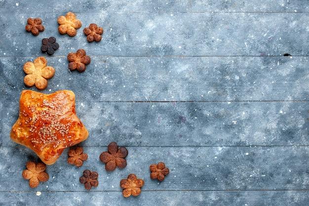 Widok Z Góry Na Pyszne Ciasto Wraz Z Pysznymi Ciasteczkami Na Szarym, Słodkim Cukierniczym Cieście Do Pieczenia Darmowe Zdjęcia