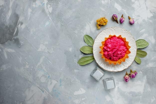 Widok Z Góry Na Pyszne Ciasto Z Różową śmietaną I Czekoladkami Na Lekkim, Słodkim Kremem Do Pieczenia Ciast Biszkoptowych Darmowe Zdjęcia