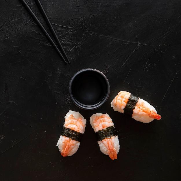 Widok Z Góry Na Pyszne Sushi Z Miejsca Na Kopię Darmowe Zdjęcia