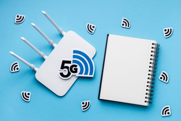 Widok Z Góry Na Router Wi-fi Z 5g I Notebookiem Premium Zdjęcia
