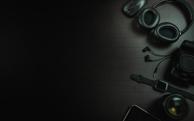 Widok z góry na słuchawki, mysz, zegarek na jabłko, ipada, aparat i obiektyw Premium Zdjęcia