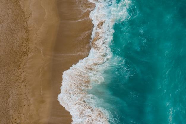 Widok Z Góry Na Spotkanie Wody Morskiej Z Piaskiem Darmowe Zdjęcia
