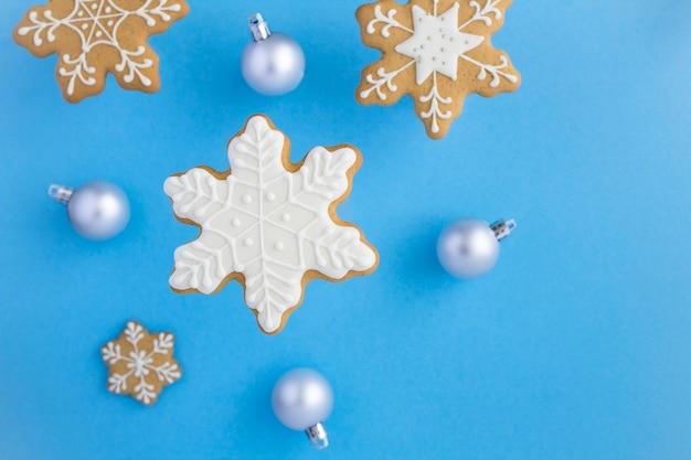 Widok Z Góry Na świąteczne Pierniki W Kształcie Płatków śniegu Na Niebieskiej Powierzchni Premium Zdjęcia