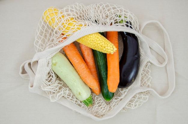 Widok z góry na szydełkową torbę siatkową z marchewką i bakłażanem Darmowe Zdjęcia