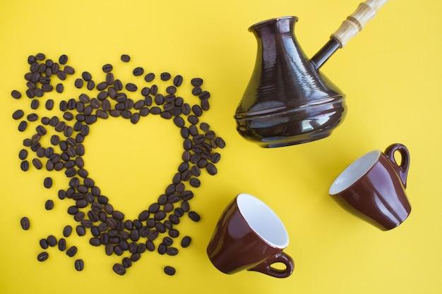 Widok Z Góry Na Szyję Turecką, Brązowe Filiżanki I Ziarna Kawy W Kształcie Ciepła Premium Zdjęcia