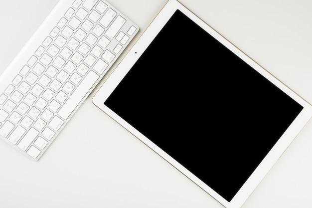 Widok z góry na tablet i klawiaturę bezprzewodową Darmowe Zdjęcia