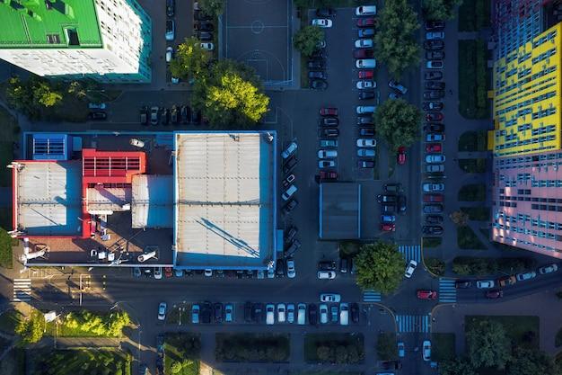 Widok Z Góry Na Wiele Samochodów Na Ulicy W Pobliżu Budynków Mieszkalnych. Premium Zdjęcia