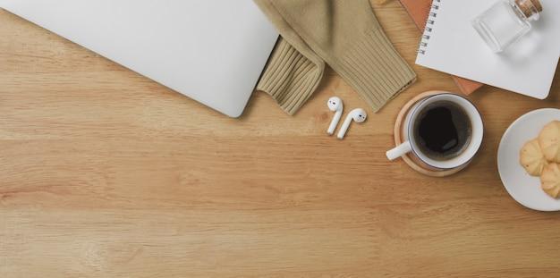 Widok z góry na wygodne miejsce do pracy z laptopem i artykułami biurowymi Premium Zdjęcia