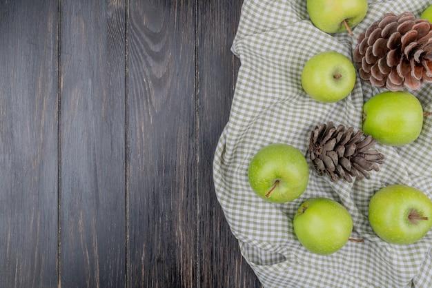 Widok Z Góry Na Zielone Jabłka I Szyszki Na Kratę I Drewniane Tło Z Miejsca Na Kopię Darmowe Zdjęcia