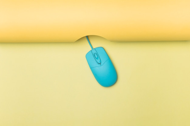 Widok Z Góry Niebieska Mysz Komputerowa Z żółtym Tłem Darmowe Zdjęcia