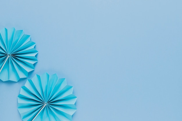Widok z góry niebieski papier origami fan na prostym tle Darmowe Zdjęcia