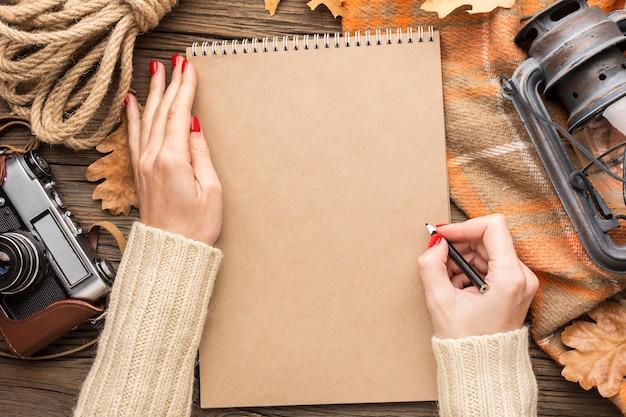 Widok Z Góry Notebooka Z Jesiennych Liści I Aparatu Darmowe Zdjęcia