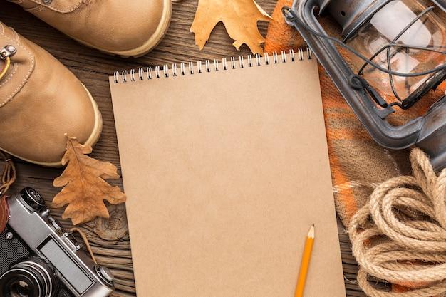 Widok Z Góry Notebooka Z Jesiennymi Liśćmi I Butami Darmowe Zdjęcia