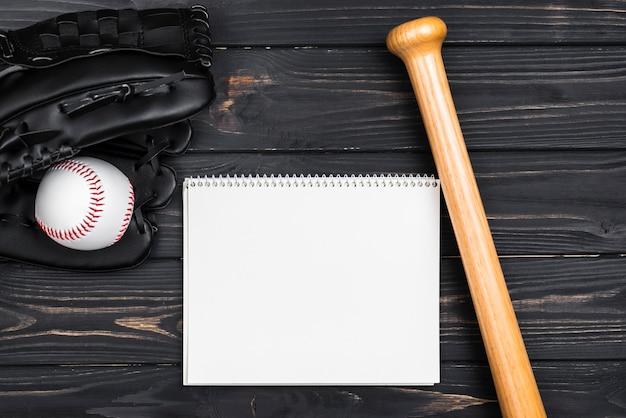 Widok Z Góry Notebooka Z Kijem Bejsbolowym Darmowe Zdjęcia