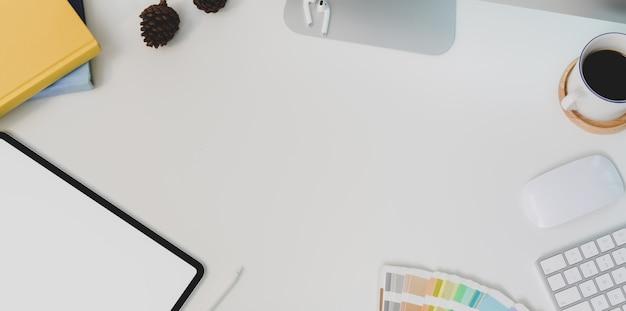 Widok z góry nowoczesne białe miejsce pracy z copyspace i innych materiałów biurowych Premium Zdjęcia
