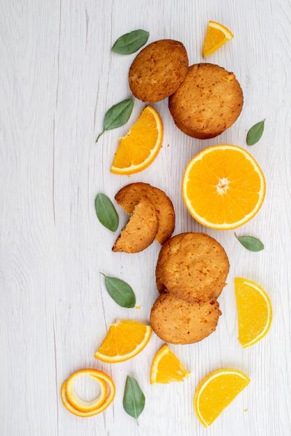 Widok Z Góry O Smaku Pomarańczowym Ciasteczka Ze świeżymi Plasterkami Pomarańczy Na Lekkim Herbatniku Cookie Na Biurku Darmowe Zdjęcia