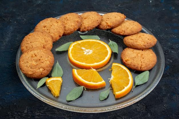 Widok Z Góry O Smaku Pomarańczowym Ciasteczka Ze świeżymi Plastrami Pomarańczy Wewnątrz Płyty Na Ciemnym Tle Cukru Herbatnikowego Darmowe Zdjęcia
