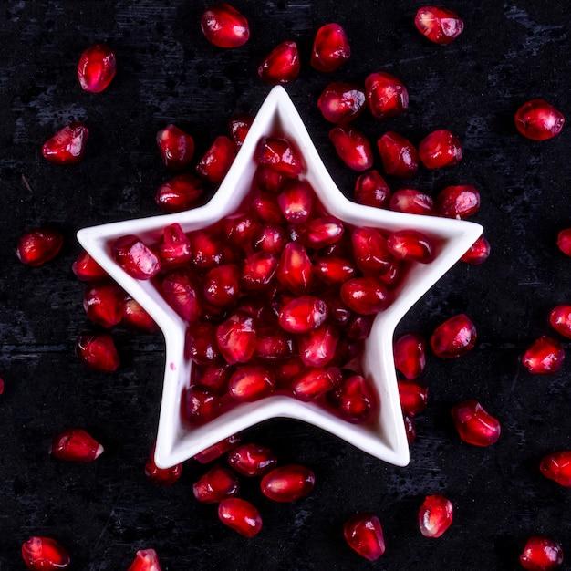 Widok Z Góry Obranego Granatu W Kształcie Gwiazdy Na Czarnej ścianie Darmowe Zdjęcia