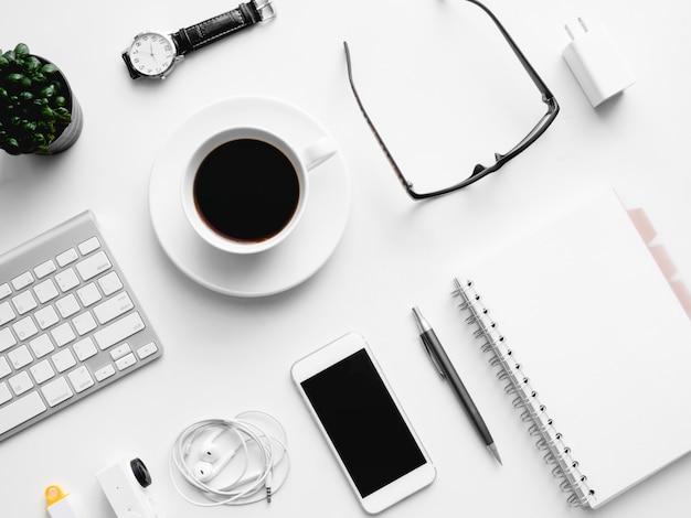 Widok Z Góry Obszaru Roboczego Biurka Z Filiżanką Kawy, Notatnik, Roślina Z Tworzywa Sztucznego, Tablet Graficzny Na Białym Tle Z Miejsca Kopiowania, Grafik, Koncepcja Kreatywnego Projektanta. Premium Zdjęcia