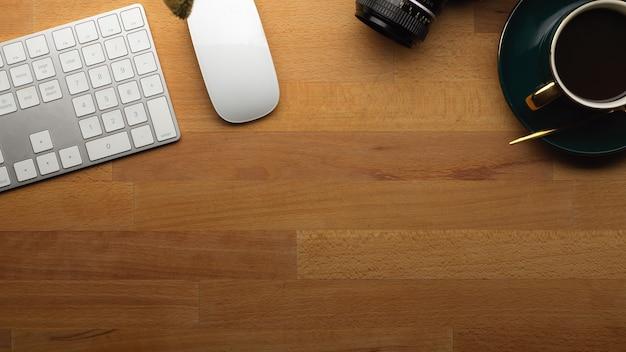 Widok Z Góry Obszaru Roboczego Z Filiżanką Kawy Klawiatura Komputerowa Mysz I Kopia Przestrzeń Na Drewnianym Stole Premium Zdjęcia
