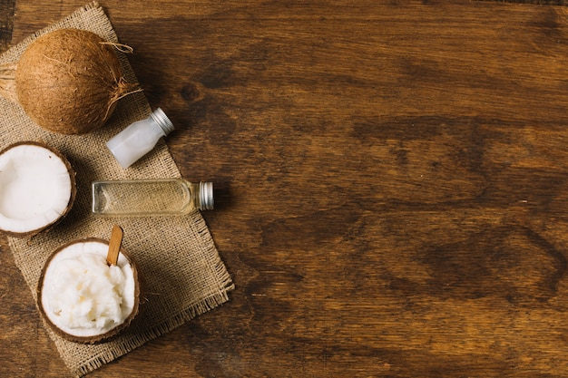Widok Z Góry Olej Kokosowy I Orzechy Z Miejsca Na Kopię Darmowe Zdjęcia