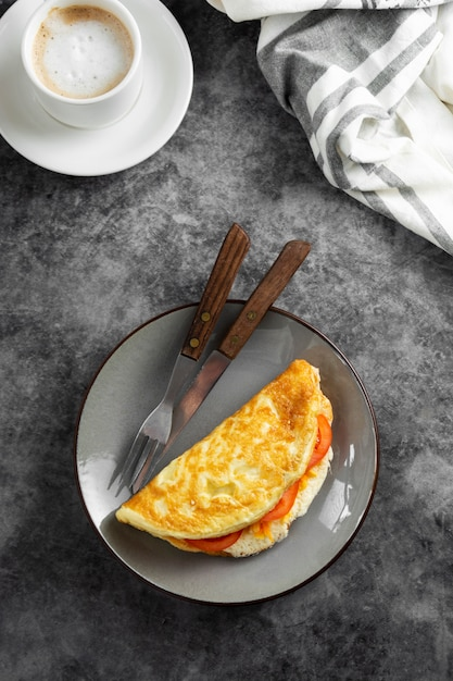 Widok Z Góry Omlet Z Serem I Pomidorami I Filiżankę Kawy. Zdrowy Domowy Omlet Na śniadanie. Premium Zdjęcia