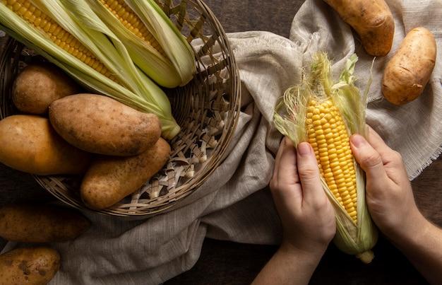 Widok Z Góry Osoby Obierania Kukurydzy Z Ziemniakami Darmowe Zdjęcia