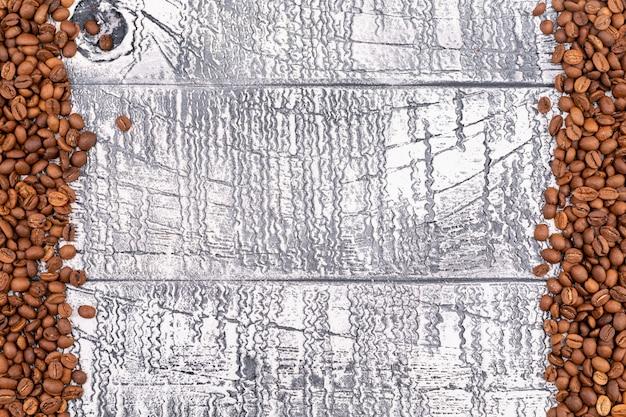 Widok Z Góry Palonych Ziaren Kawy Na Białej Powierzchni Drewna Darmowe Zdjęcia