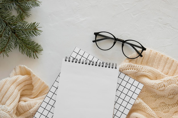 Widok Z Góry Papeterii Puste Papiery Z Okularami Do Czytania Darmowe Zdjęcia