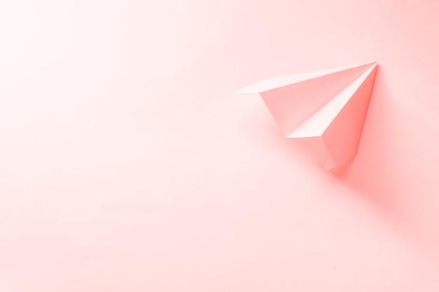 Widok Z Góry Papierowy Samolot Z Miejsca Na Kopię Premium Zdjęcia