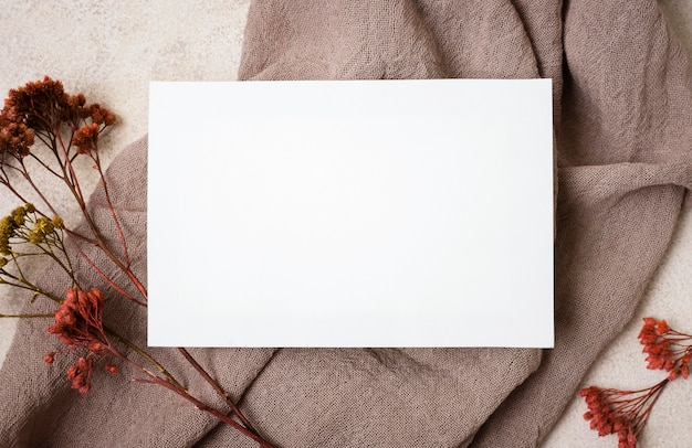 Widok Z Góry Papieru Z Jesienną Rośliną I Tkaniną Premium Zdjęcia