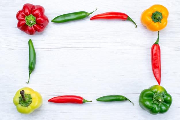 Widok Z Góry Papryka Z Ostrą Papryką Na Białym, Warzywna Przyprawa Gorący Produkt Spożywczy Darmowe Zdjęcia