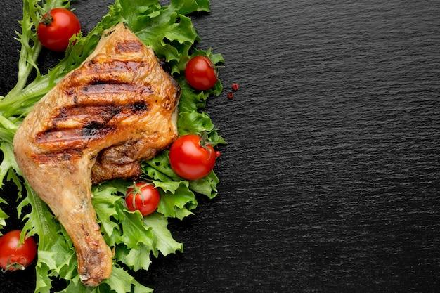 Widok Z Góry Pieczony Kurczak I Pomidory Czereśniowe Z Miejsca Na Kopię Premium Zdjęcia