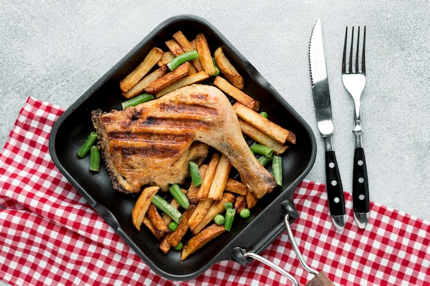 Widok Z Góry Pieczony Kurczak I Ziemniaki Na Patelni Ze Sztućcami Premium Zdjęcia