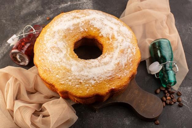 Widok Z Góry Pieczony Okrągły Tort Z Cukrem Pudrem I Ziarnami Kawy Na Drewnianym Biurku Darmowe Zdjęcia