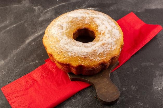 Widok Z Góry Pieczony Okrągły Tort Z Cukrem Pudrem Na Drewnianym Biurku Darmowe Zdjęcia