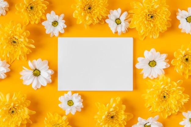 Widok Z Góry Piękna Kompozycja Wiosennych Kwiatów Z Pustą Kartą Darmowe Zdjęcia