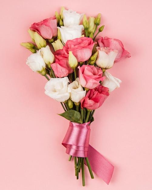 Widok Z Góry Piękny Bukiet Róż Z Różową Wstążką Darmowe Zdjęcia