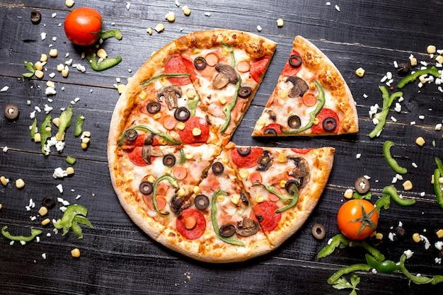 Widok Z Góry Pizzy Pepperoni Pokrojonej Na Sześć Plasterków Darmowe Zdjęcia