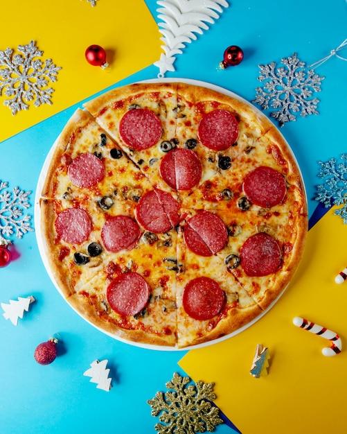 Widok Z Góry Pizzy Pepperoni Z Oliwką Z Sera I Grzybami Darmowe Zdjęcia