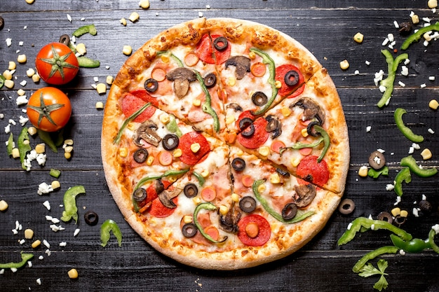 Widok Z Góry Pizzy Pepperoni Z Pieczarek Kiełbasy Papryka Oliwka I Kukurydza Na Czarny Drewniany Darmowe Zdjęcia