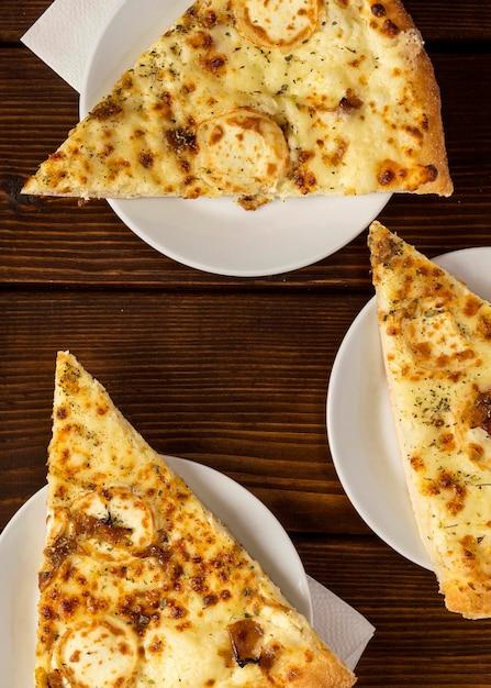 Widok Z Góry Plasterki Pizzy Z Serem Na Talerzu Darmowe Zdjęcia