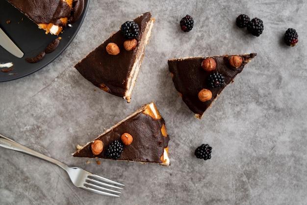 Widok z góry plastry ciasta ze sztućcami Darmowe Zdjęcia