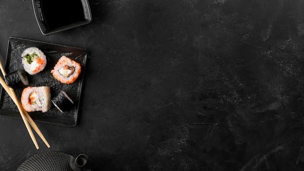Widok Z Góry Płyta Ze świeżych Rolek Sushi Z Miejsca Na Kopię Premium Zdjęcia